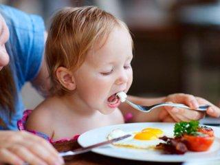 اهمیت آشنایی کودکان با عادات غذایی صحیح