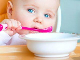 آیا با شروع تغذیه تکمیلی، شیر مادر باید قطع شود؟
