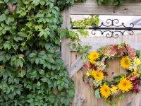 تزئین در ورودی خانه با حلقه های گل زیبا