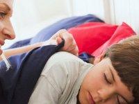 چگونه کودک خود را از خواب بیدار کنیم؟