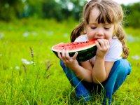 میوه های آبدار تابستانی مناسب کودکان