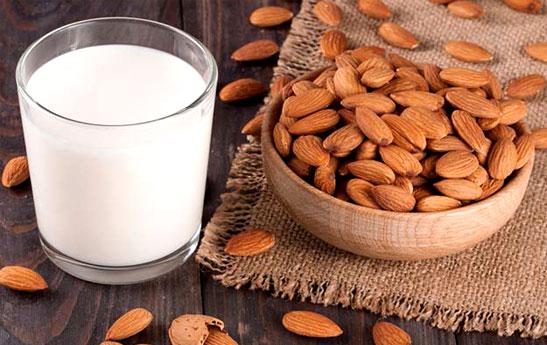 طرز تهیه شیر بادام خانگی؛ یک نوشیدنی مقوی گیاهی