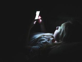بلایی که استفاده از موبایل بر سر خواب شبانه شما میآورد!