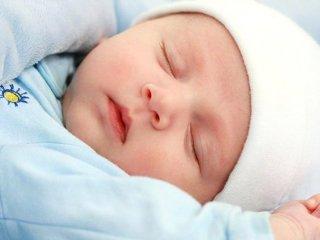 سرمه کشیدن در چشم نوزادان مضر است