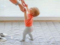 ۱۲ راهکار مفید برای تشویق نوزاد برای ایستادن و راه رفتن