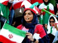 اولین حضور رسمی تماشاگران زن در دیدار ایران - کامبوج + عکس
