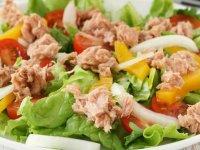 طرز تهیه سالاد تن ماهی با سس یونانی