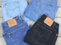 یک ترفند ساده برای آویزان کردن شلوارهای جین به سبک فروشگاه های لباس