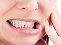 دلایل دندان درد شبانه؛ ۸ نشانه هشداردهنده