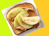 نان تست با کره بادامزمینی سیب و دارچین